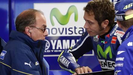 Valentino Rossi a colloquio con un tecnico Michelin. Ap