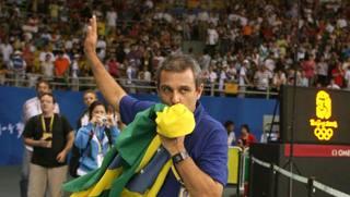 Il c.t. del Brasile Z� Roberto bacia la bandiera dopo la vittoria a Pechino 2008. Tarantini