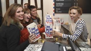 Scarlett Johansson commessa in un negozio di pop corn