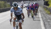 Alberto Contador attacca sull'Etna nella nona tappa del Giro 2011. Bettini