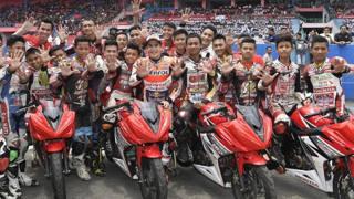 Marquez acclamato da giovani piloti in Indonesia.