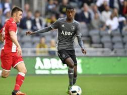 Isak (destra) in azione in Europa League. Epa