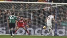 Il rigore trasformato da Dzeko in Sassuolo-Roma 1-3. Ansa