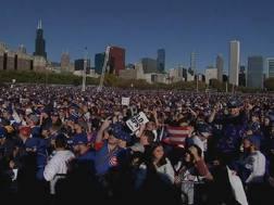 Una folla enorme in piazza per i Cubs