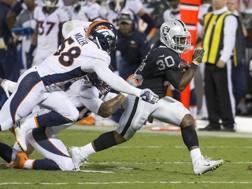 Una ricezione di Michael Crabtree, ricevitore degli Oakland Raiders, contro i Denver Broncos REUTERS
