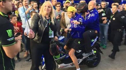 Rossi e la signora poco prima dell'incidente.