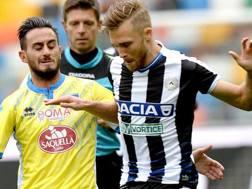Widmer, a destra, contro Aquilani in Udinese-Pescara. LaPresse