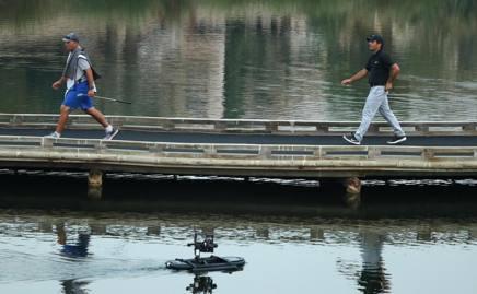 Chicco Molinari ripreso da una telecamera galleggiante mentre gioca la 17ª buca. Getty Images