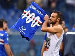 Fabio Quagliarella mostra la maglia celebrativa dei suoi 100 gol. Ansa