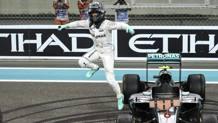 Nico Rosberg salta fuori dalla Mercedes con cui ha vinto il titoli 2016. Epa
