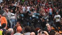 La carica della polizia all'interno del PalaDozza. Schicchi