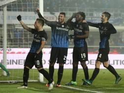 Kessie festeggiato da i compagni dopo il gol alla Roma. Ansa