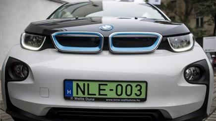 Auto elettriche, con le targhe verdi parcheggi gratuiti