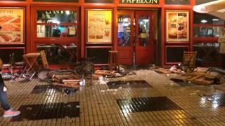 Sangue ovunque, pub distrutto: le foto dell'orrore di Siviglia