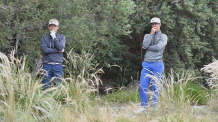 I danesi Thorbjorn Olesen (destra) e Soren Kjeldsen studiano il miglior modo per uscire dai cespugli. Afp