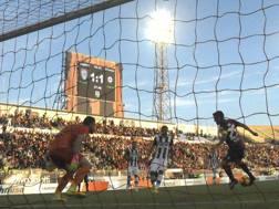 Il momento in cui Marco Sau, 29 anni, realizza il gol del 2-1 all'Udinese. LaPresse