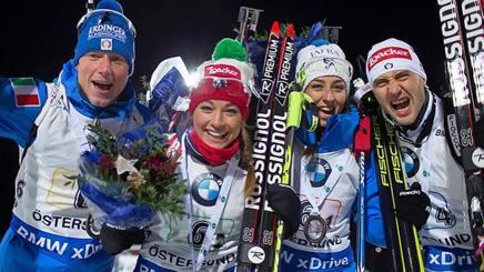 Lisa Vittozzi, Dorothea Wierer, Lukas Hofer e Dominik Windisch sul podio