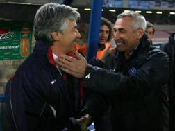 Da sinistra, Gian Piero Gasperini, 58 anni, ed Edy Reja, 71, in un vecchio Napoli-Genoa del 2006-07. LaPresse
