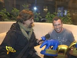 L'inviato di Striscia la notizia Staffelli consegna a Cassano 3 Tapiri d'oro. (Ufficio stampa)