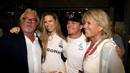 Gruppo di famiglia: Keke Rosberg, Vivian (la moglie di Nico), Nico e la madre Sina. Colombo