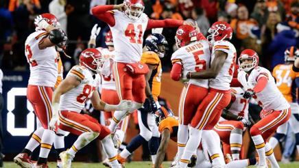 La festa di Kansas City dopo il calcio vincente di Santos. sul campo dei Broncos. Reuters