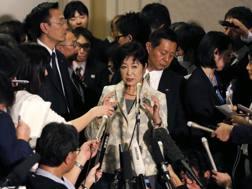 La governatrice di Tokyo Yuriko Koike con i rappresentanti del Cio