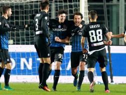 L'esultnza dei giocatori dell'Atalanta dopo il gol dell'1-0 di Raimondi. LaPresse