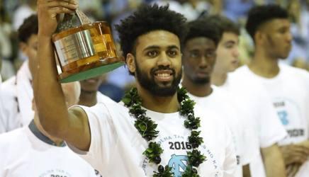 Joel Berry, mvp del torneo di Maui, festeggiato col tradizionale Lei. Afp