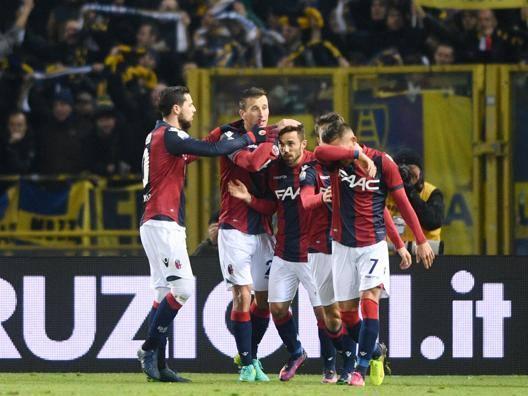 I rossoblù festeggiano  Di Francesco jr autore del primo gol.