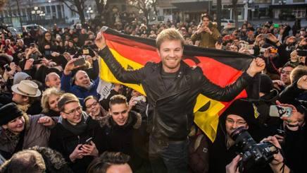 Nico Rosberg festeggiato nella sua Wiesbaden, in Germania. Afp