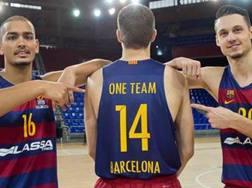 Stefan Peno e Marcus Eriksson, del Barcellona, indicano il compagno  Aleksandar Vezenkov, di spalle