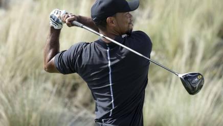 Gran torsione della schiena per Tiger Woods. Ap