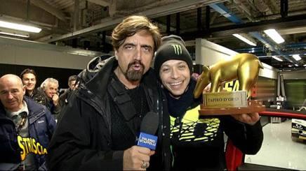 L'inviato di Striscia Staffelli consegna il Tapiro d'oro a Valentino Rossi
