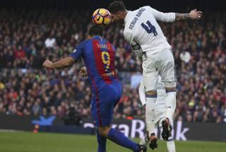 Scontro aereo tra i due goleador del Clasico. Reuters