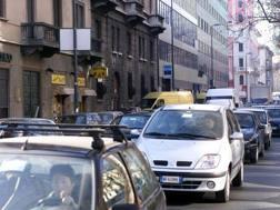 Automobilisti in coda in città. Ansa