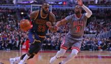 LeBron James, 31 anni, affronta Dwyane Wade, 34. Reuters