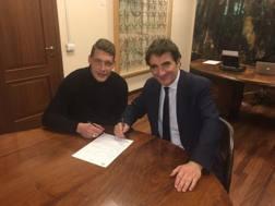 Il momento della firma sul rinnovo. Twitter/Torino