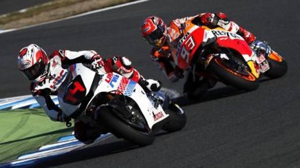 Fernando Alonso in azione sulla Honda davanti a Marquez a Motegi