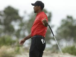Gesto di stizza per Tiger Woods. Ap