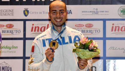 Alessio Foconi sorride sul podio. Bizzi
