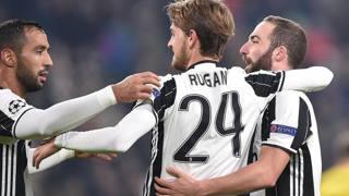 Daniele Rugani festeggia con Higuain dopo il gol del 2-0 definitivo. Ansa