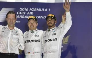 Aldo Costa, 55 anni, con Nico Rosberg, 31 e Lewis Hamilton, 31 sul podio del GP del Bahrain COLOMBO