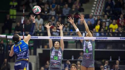 Serena Ortolani in attacco contro il muro di Bergamo. Moriella