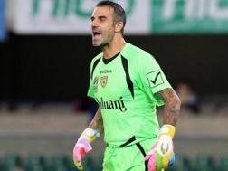 Stefano Sorrentino urla ordini ai suoi compagni di squadra del Chievo
