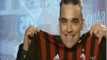 Robbie Williams sorride col regalo ricevuto dal Milan