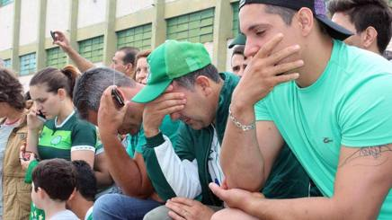 I tifosi della Chapecoense in lacrime dopo la tragedia che ha colpito la squadra il 28 novembre EPA