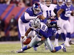 Il fumble di Dez Bryant che ha deciso la sfida tra Dallas Cowboys e New York Giants AFP