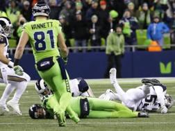 Il cornerback Richard Sherman abbatte il quarterback dei Rams Jared Goff: l'immagine del secondo tempo