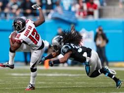 Mohamed Sanu , wide receiver dei Falcons, durante il match vinto con Carolina. Reuters
