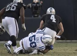Il momento dell'infortunio di Derek Carr, quarterback dei Raiders, nella sfida pur vinta da Oakland su Indianapolis. Reuters